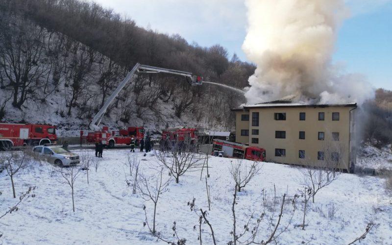 Incendiu la un bloc din Florești! Pompierii intervin la fața locului.Locatar: Tare greu se mișcă pompierii – VIDEO