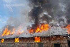 FOTO | Incendiu de proporții la o anexă gospodărească din județul Sibiu. Nu sunt semnalate victime