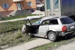 Grav accident rutier în localitatea Dumitra. Un tânăr de 19 ani și pasagerul din dreapta au ajuns la spital | FOTO