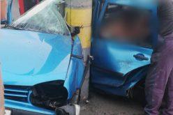 Trei persoane rănite. Mașina în care se aflau s-a izbit puternic de un stâlp