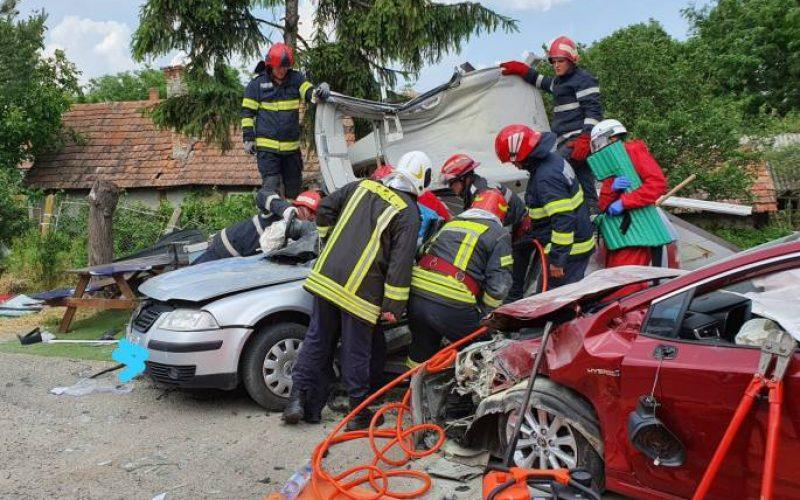 FOTO – Persoană încarcerată în urma unui accident rutier în Zalău