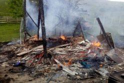 FOTO|Anexă cuprinsă de flăcări. Pompierii au intervenit aproape o oră