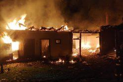 FOTO|Flăcările au înghițit acoperișul unei șure. Au intervenit mai multe echipaje de pompieri