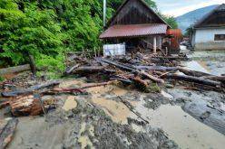 FOTO Două gospodării, dar și un drum comunal au căzut prada precipitațiilor de ieri