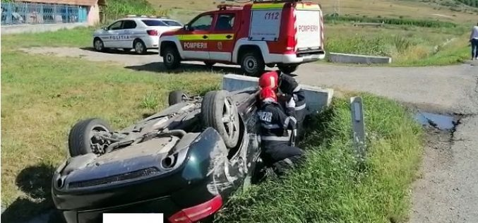 Depășire terminată prost. O mașină s-a răsturnat în afara drumului
