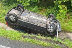 Accident rutier pe Meseș. S-a răsturnat pe plafon în afara drumului