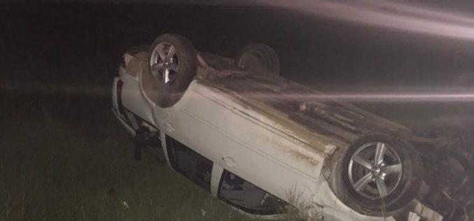 """S-au răsturnat cu mașina în afara drumului. Șoferul era """"puțin"""" băut"""