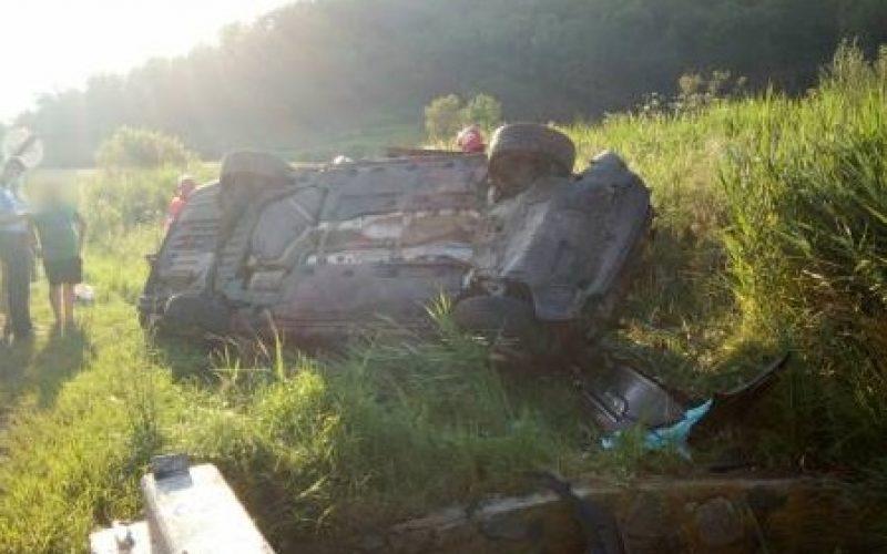FOTO – Două mașini implicate într-un accident. Un bărbat a primit îngrijiri medicale