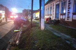FOTO – Accident rutier violent. Un microbuz s-a izbit de un cap de pod