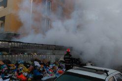 FOTO-VIDEO: Scandal în Floreşti după ce ghenele de gunoi de pe strada Porii au luat foc! Oamenii sunt revoltaţi