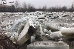 FOTO: Detonări controlate pe râurile Someș și Arieș. Pericol de inundații din cauza podurilor de gheață formate pe cursurile de apă