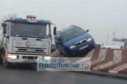 Parcarea inedită a unui șofer a stârnit valuri de comentarii pe un site de socializare. Fotografiile au fost făcută la intrare în Arad. GALERIE FOTO