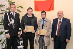 Premiați pentru spirit civic! Doi tineri care au ajutat poliția Cluj să prindă mai mulți hoți au primit diplome de merit