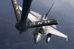 VIDEO / Piloții de pe avioanele F16 românești, la prima alimentare în zbor!
