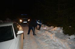 FOTO: Blocați cu mașina pe Transalpina. Trei adulți și doi copii au fost salvați de jandarmi