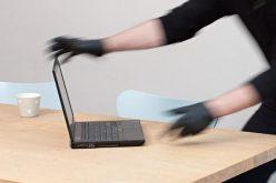 Doi tineri clujeni au spart o locuință ca să fure un laptop. Hoții au ajuns în arestul poliției