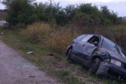 S-a urcat la volan deși nu are carnet de conducere. Tânăra este în stare gravă după ce a ajuns cu mașina într-un ȘANȚ