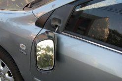 Scandal în Florești. Un tânăr care a distrus mai multe mașini a fost imobilizat de polițiști și a sfârșit internat la PSIHIATRIE