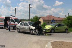 VIDEO Femeie rănită după ce un taximetrist care nu a acordat prioritate în intersecție s-a ciocnit cu o altă mașină