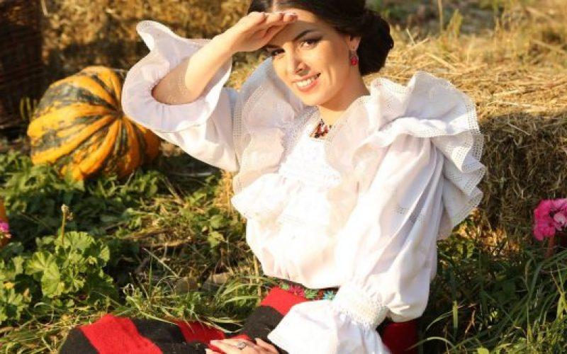 Iubește muzica și moda! Cum a început o artistă de muzică populară să creeze rochii de seară în timpul liber