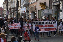 FOTO: În țară copiii mor de rujeolă, iar la clujeni organizează mitinguri împotriva legii vaccinării