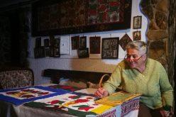 FOTO: Transformă mobila veche în operă de artă! Povestea femeii care păstrează o tradiție unică în Transilvania