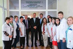 VIDEO: Klaus Iohannis, aplaudat de protestatari la Cluj! Președintele s-a întâlnit cu personalul medical și conducerea Institutului Oncologic