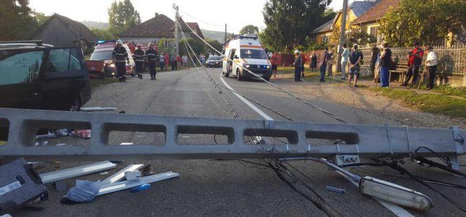 FOTO: Un sofer a pus la pamant un stalp de electricitate. In masina se aflau doi copii si o femeie