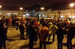 Peste 500 de oameni protestează la Sibiu față de OUG privind repunerea în termen anunțată de Toader