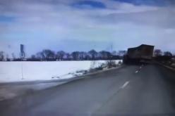 VIDEO / Accident cumplit pe un drum din județul Brașov – ATENȚIE, IMAGINI CU UN PUTERNIC IMPACT EMOTIONAL