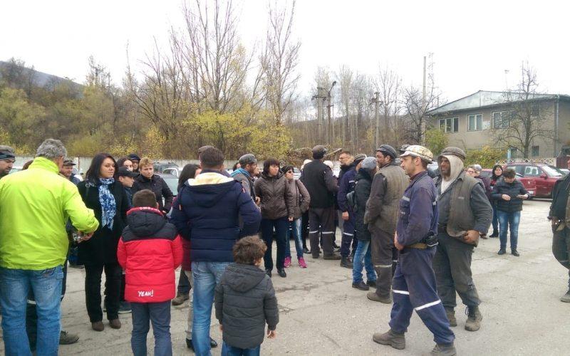 Hunedoara: Minerii blocați de șase zile în subteran, vizitați de familii și prieteni