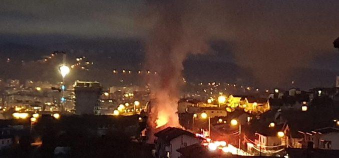 VIDEO   Arde o casă și trei mașini în cartierul Europa