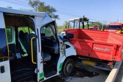 FOTO | Microbuz plin cu muncitori implicat într-un accident la Jucu. Două persoane au fost rănite