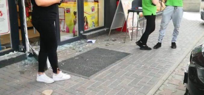 VIDEO | A intrat cu mașina în magazinul Profi din Florești